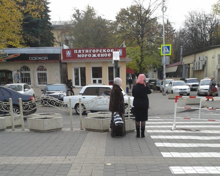 Женщины-мусульманки у торгового центра, Пятигорск
