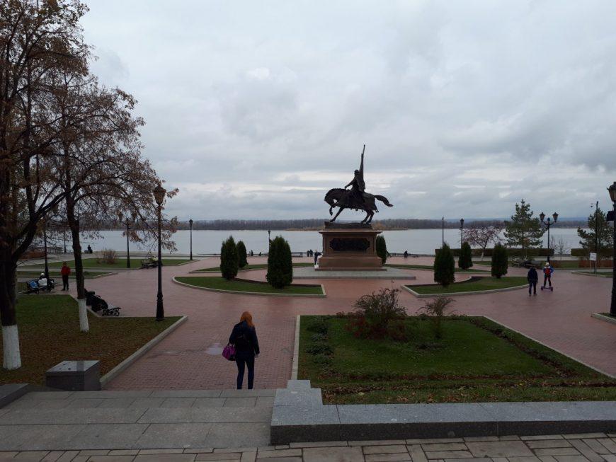 Набережная в районе Полевой и памятник Засекину