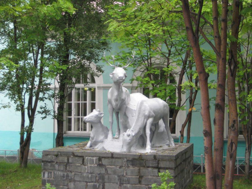 Статуя оленей на вокзале Оленегорска