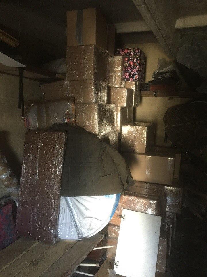 Вещи ждут переезда в гараже