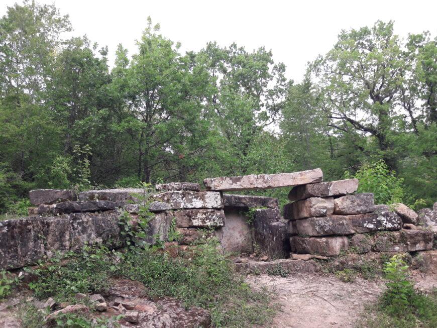 Древние дольмены в пригороде Новороссийска