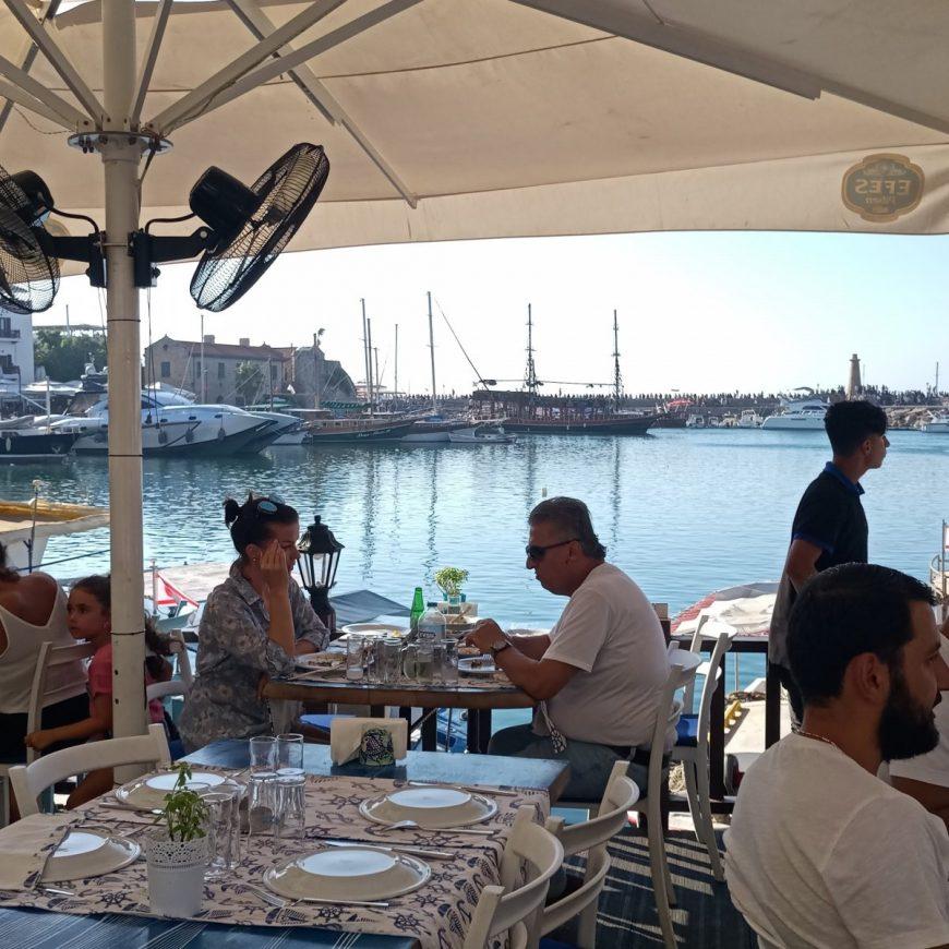 На побережье очень много ресторанов, а также других развлечений для туристов