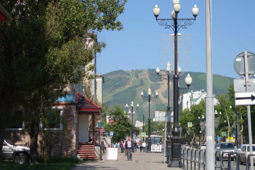 Вид на гору Большевик с проспекта Победы