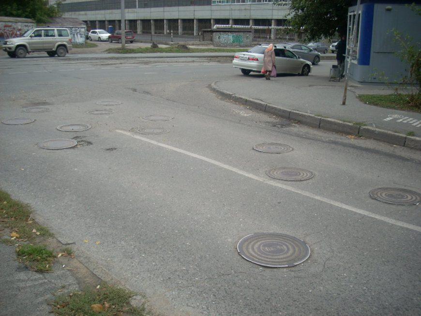 12 люков на дороге