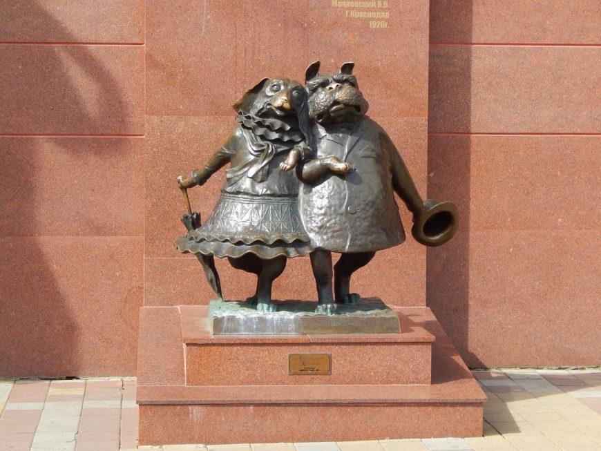 Памятник собачкам на пересечении Мира и Красной