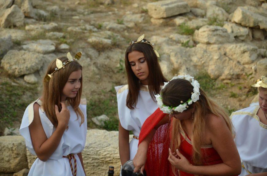 Мои дочки участвуют в инсценировке греческой свадьбы)))