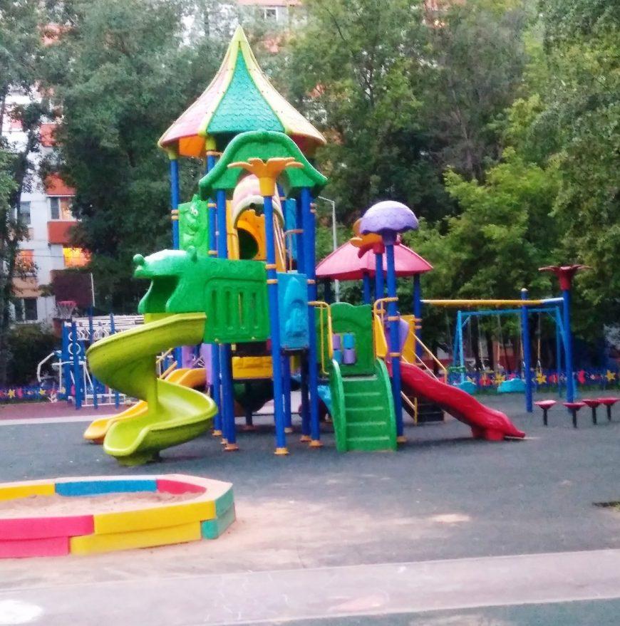 Одна из самых обычных дворовых детских площадок