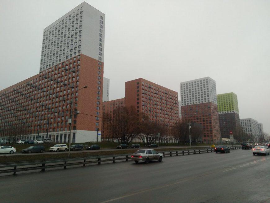 """Новые 25-этажки скорее похожи на заводские корпуса советского времени, чем на уютные жилища. Вряд ли живя здесь можно сказать """"дом, милый дом"""""""