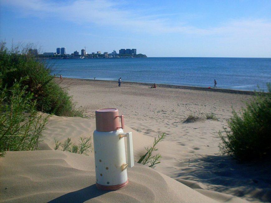 Отдыхаю на пляже возле Анапы попивая чаек