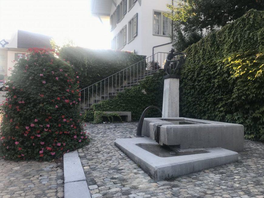 По всему городу установлены небольшие фонтаны с чистой питьевой водой