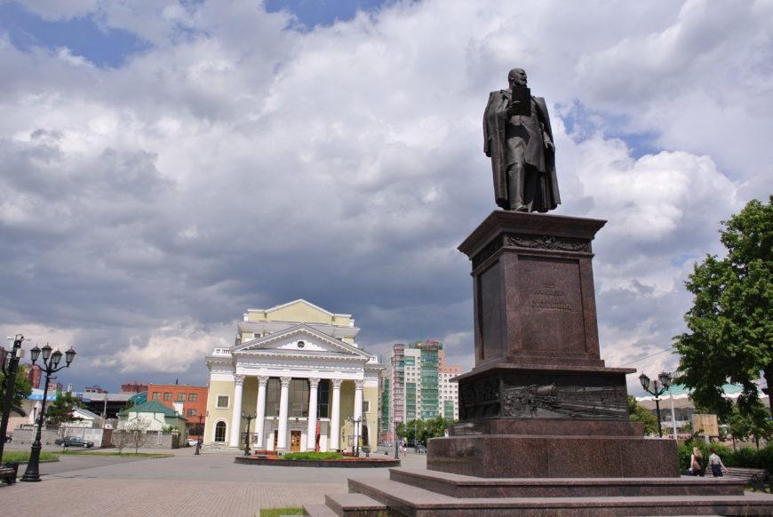 Зал камерной иорганной музыки «Родина» ипамятник Столыпину