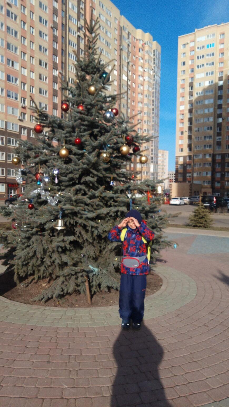 2 января - солнышко не только слепит глазки, но и снимает с Миши зимнюю куртку...