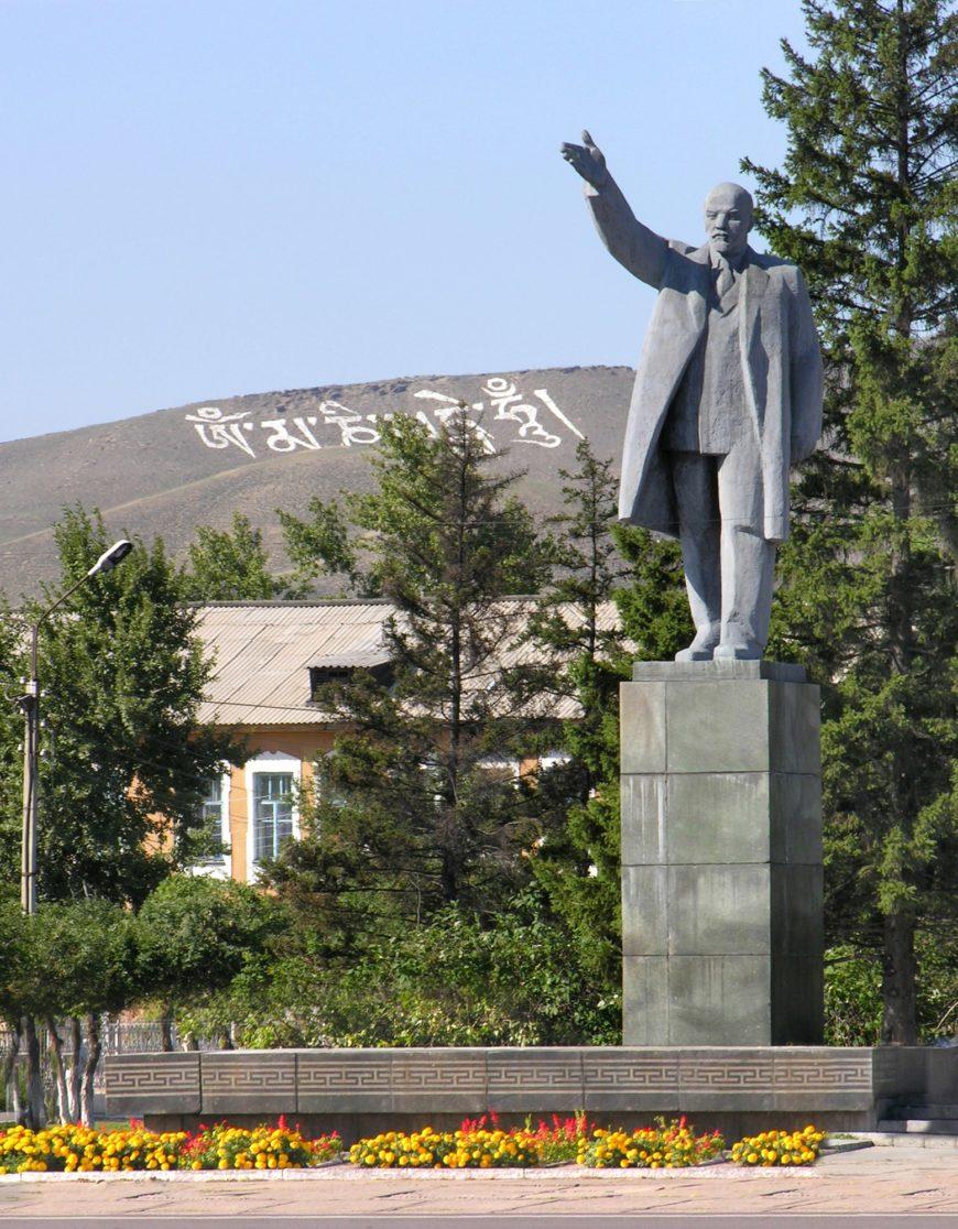 Памятник Ленина на площади Арата
