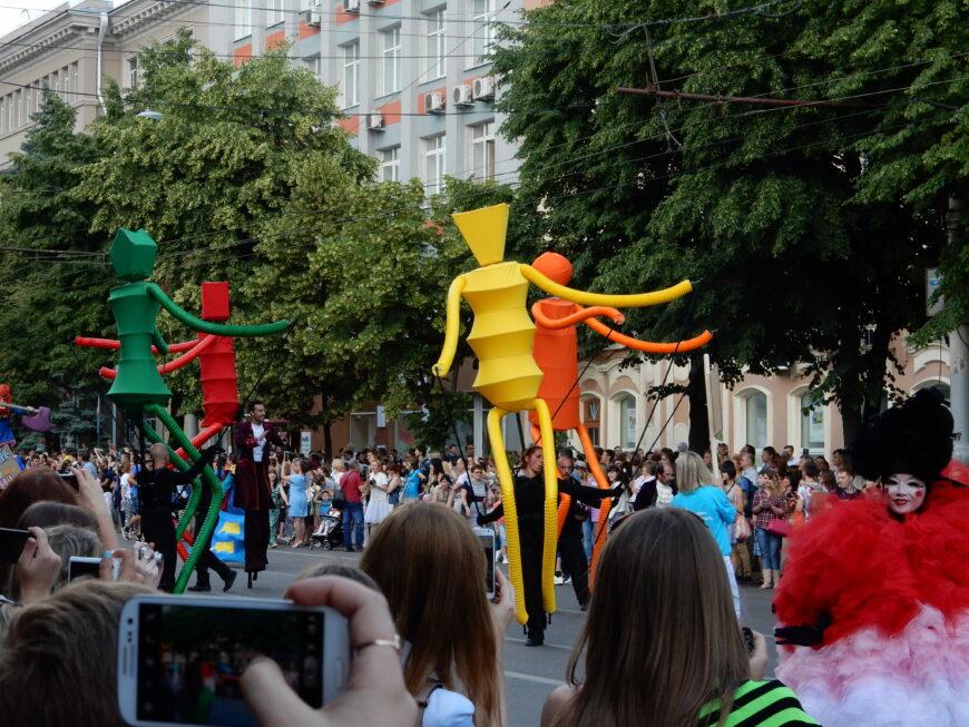 Парад уличных театров во время Платоновского фестиваля в Воронеже