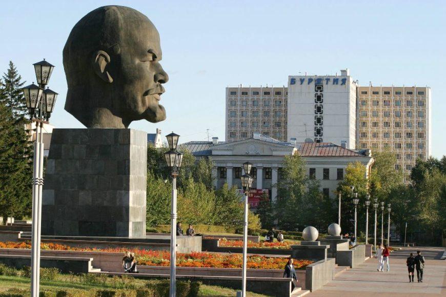 Самая большая в мире голова Ленина. Площадь Советов