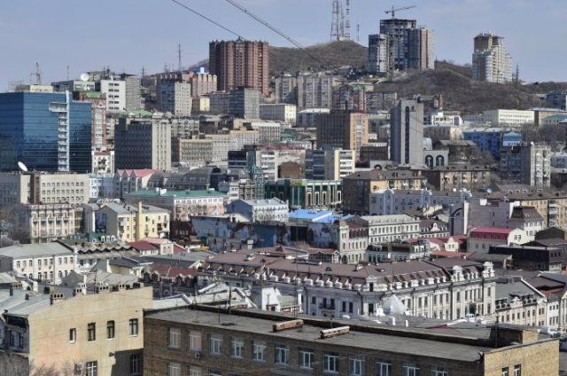Владивосток – россыпь домов на крутых сопках. Вид на город с сопки Тигровой