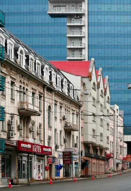 Исторические здания Владивостока на фоне стены Fresh Plaza
