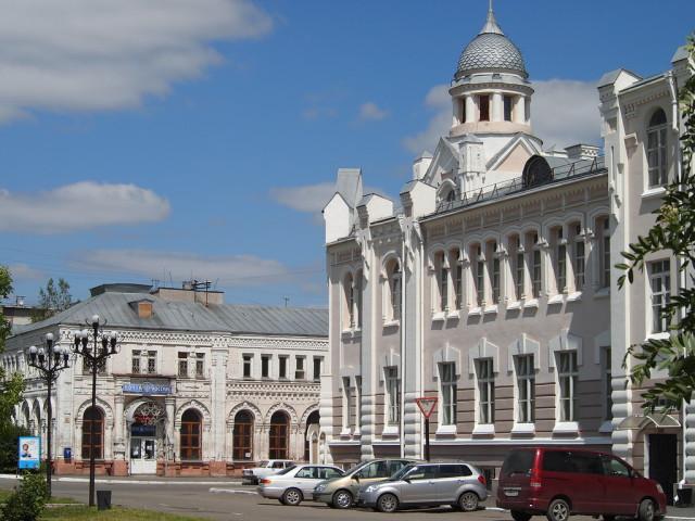 Драматический театр и здание городской почты в центре города
