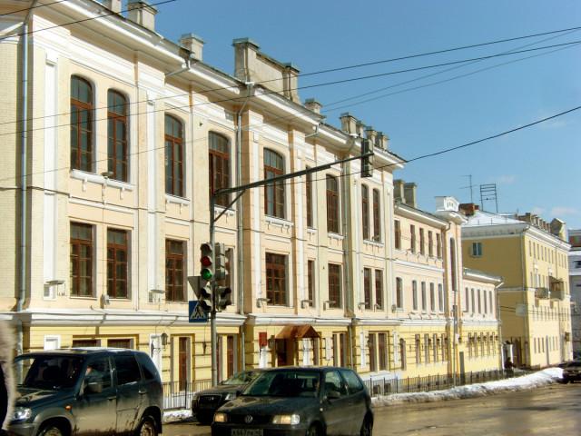 Перекресток Московской – Дзержинского. Дома в солнечной гамме