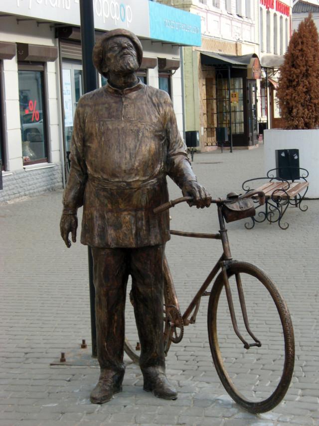 Памятник К.Э. Циолковскому на ул. Театральной