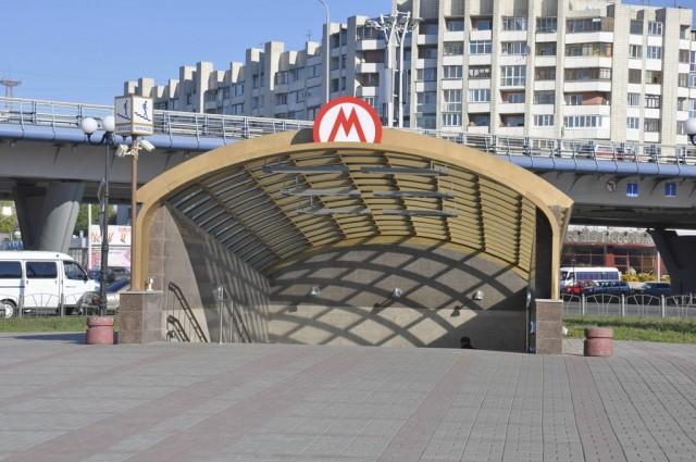 Вход в станцию метрополитена в городе, где нет метро