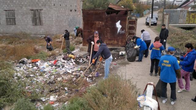 """Одна из серьезнейших проблем города - мусор. На фото акция """"День чистоты"""""""