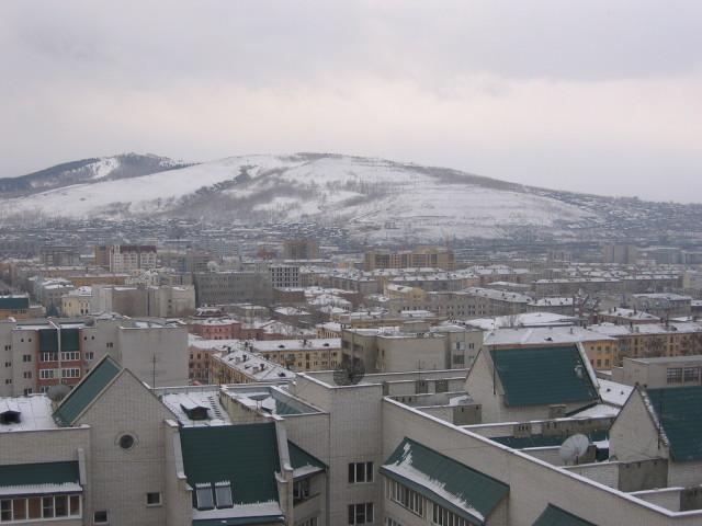На заднем плане вид на частный сектор Титовки
