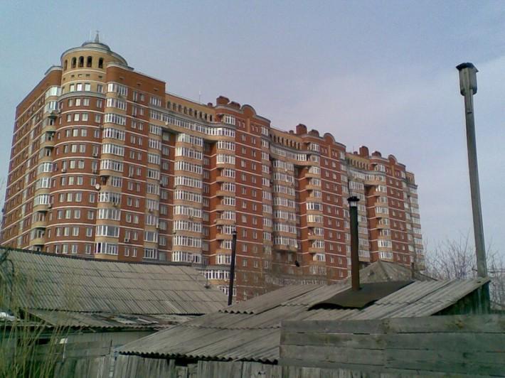 Новостройки на фоне ветхого жилья
