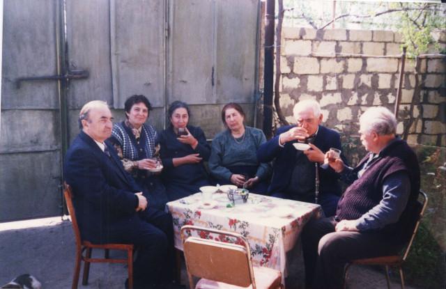 Дербентцы любят собираться за чашкой чая с соседями и друзьями во дворах своих частных домов