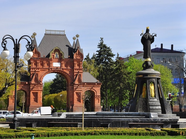 Триумфальная арка и памятник Екатерине