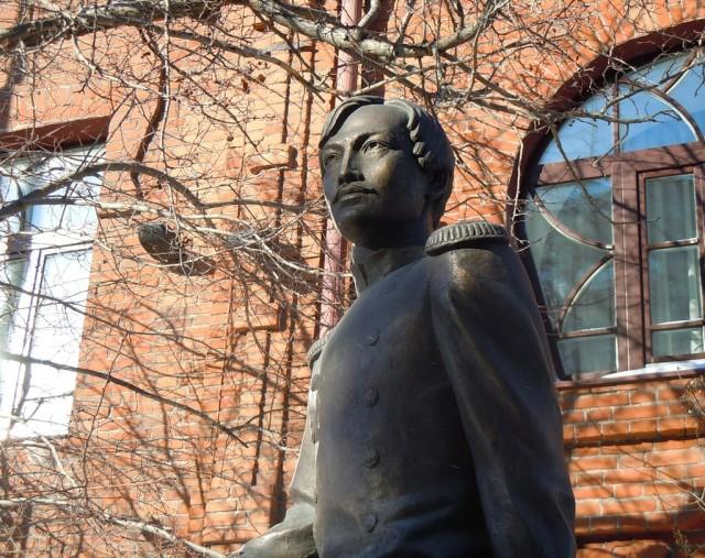 Вокруг памятника Чокану Валиханову собираются омские неформалы