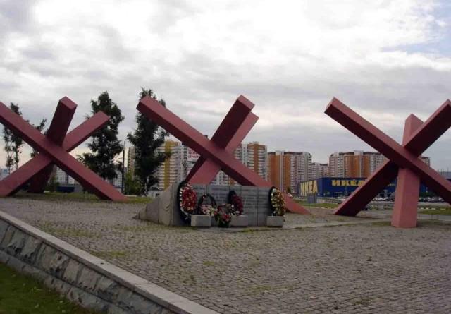 Мемориал «Ежи», возведенный к 25-й годовщине Битвы под Москвой