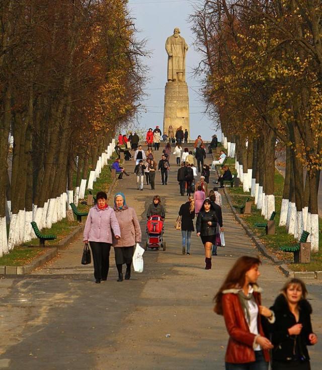 На заднем плане памятник Ивану Сусанину
