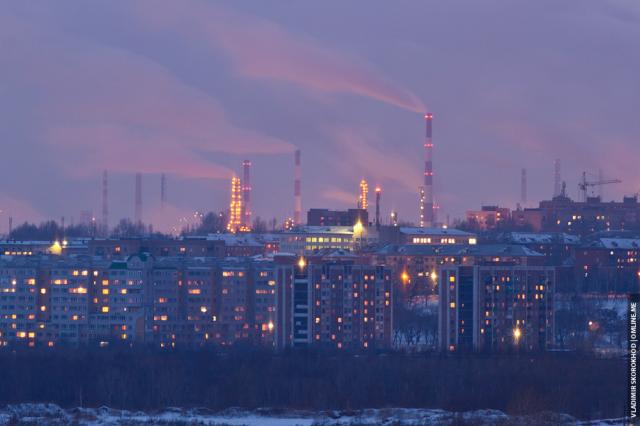 Вид на зимний Первомайский район, за которым дымят трубы промзоны