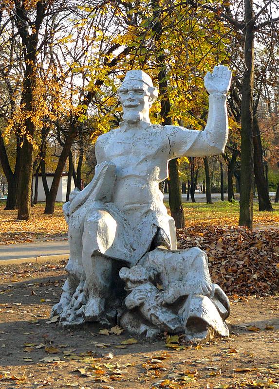 Скульптура доктора в парке