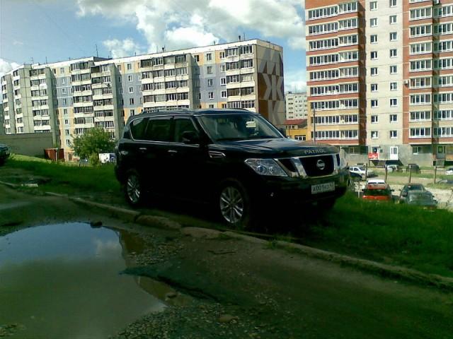 Машина Губернатора тоже вынуждена искать место под парковку
