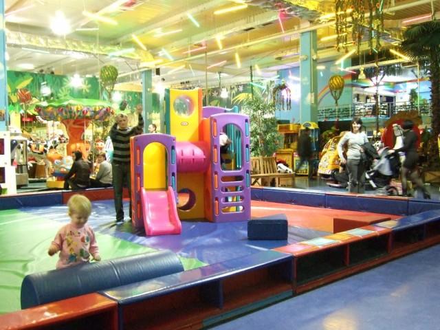 Детские городки в гипермаркетах размерами впрямь напоминают город