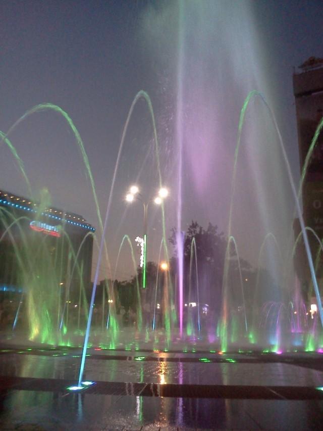 Еще фонтан поет и танцует. Красота!