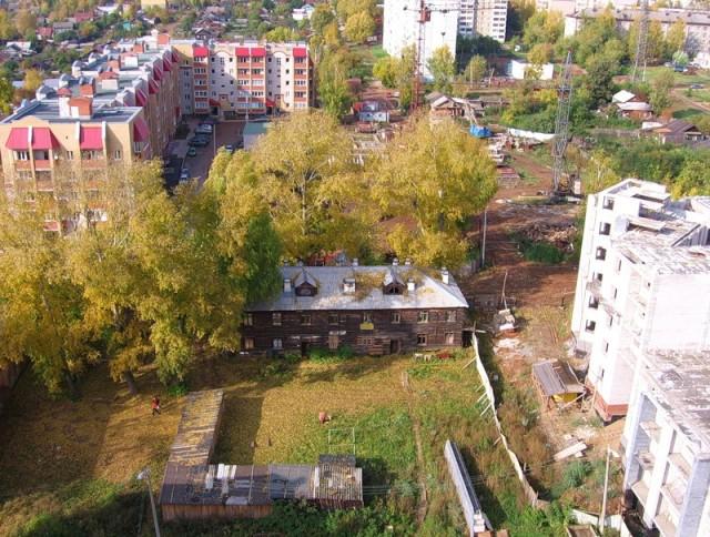 Старые дома находятся прямо внутри новых кварталов