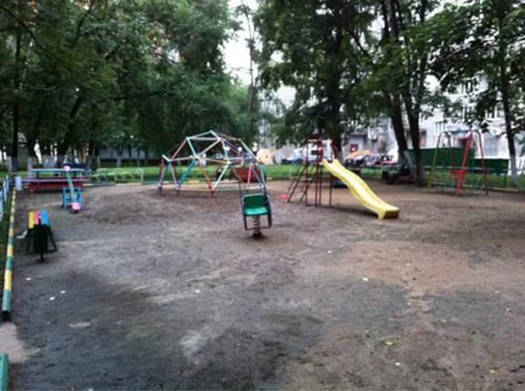 Типичная детская площадка района