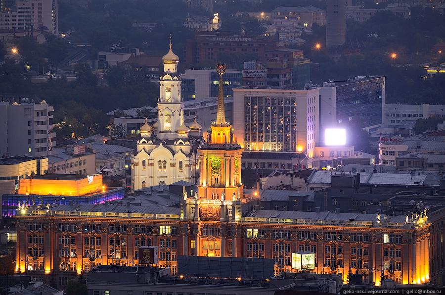 Здание мэрии Екатеринбурга. На заднем плане слева храм Большой Златоуст