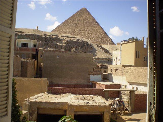 Вид из окна дома, расположенного недалеко от пирамид