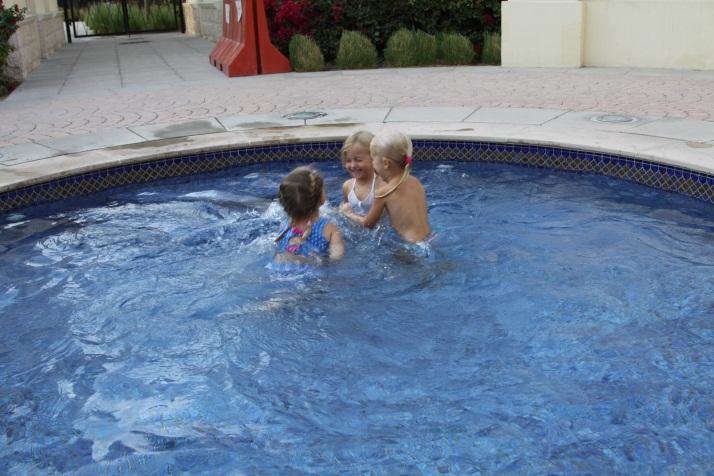 Дети купаются в бассейне в январе