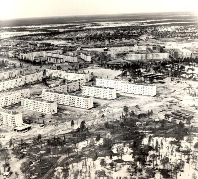 История Ноябрьска. Вид с вертолета на улицу Дзержинского
