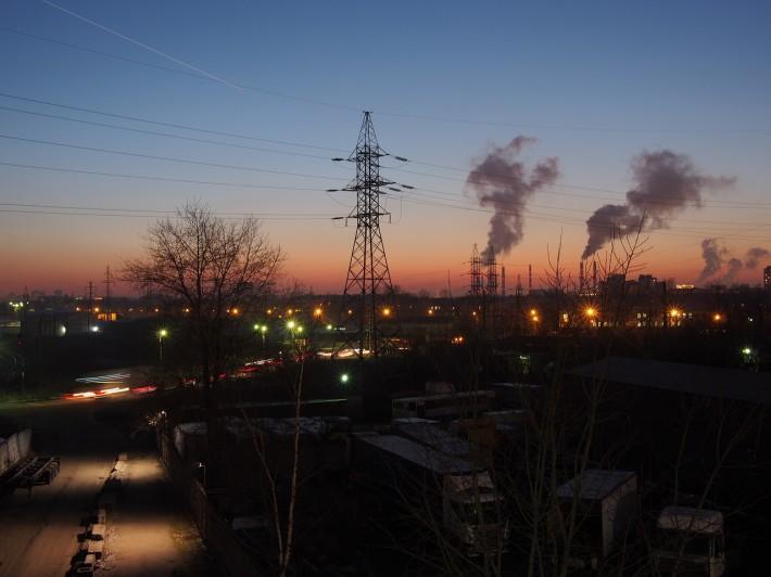 На заднем плане трубы Кировского завода