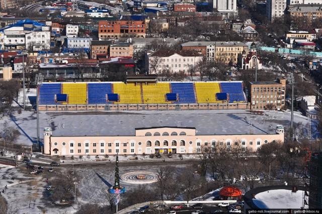 """Стадион """"Динамо"""" Построен в 1957 году, реконструирован в 2003. Домашняя площадка клуба Луч-Энергия. Вместимость трибун 10200 зрителей"""