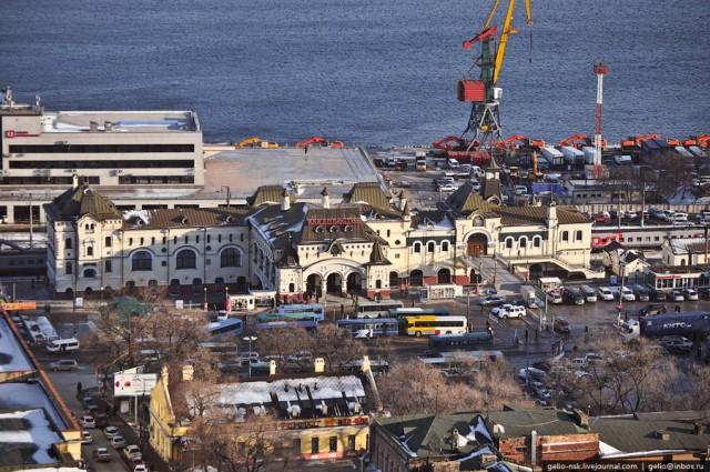 Железнодорожный вокзал Владивостока. Здесь заканчивается самая продолжительная железнодорожная трасса, соединяющая Владивосток и Москву - 9288 км.