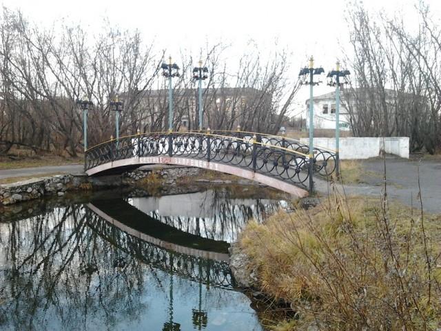 Мостик в Городском парке, который также облюбовали молодожены и начали обвешивать его замками)