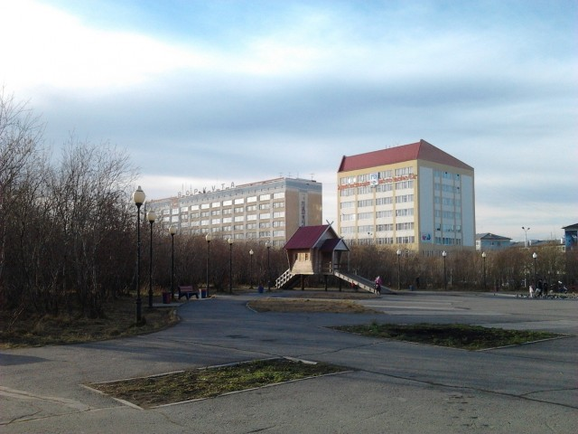 Пл.Центральная, гостиница Воркута и здание городской администрации