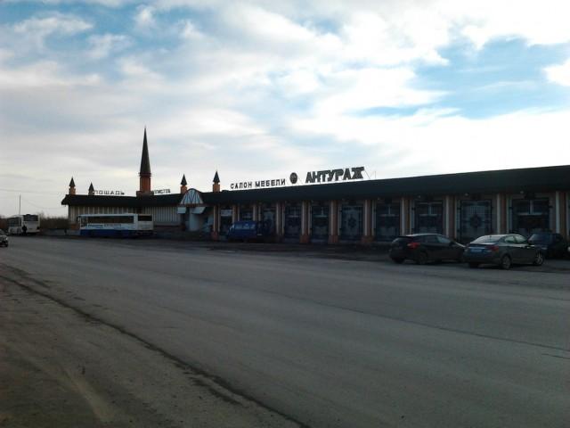 Пл.Металлистов. Ранее это была станция, откуда отправлялись поезда на Хальмер-Ю. Потом это здание пустовало, потом был какой магазин мебели, потом он сгорел, теперь вроде как тоже какой-то салон мебели